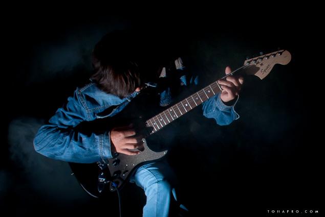 ночное фото с электро гитарой